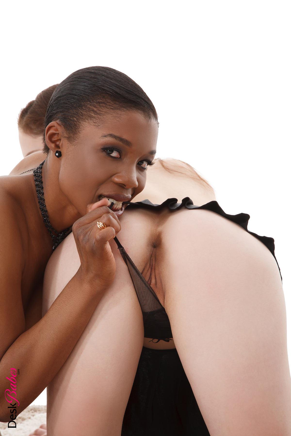 Больше сиськи смотреть огромные дойки у девушек бесплатно